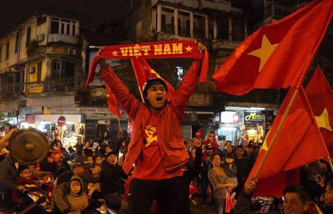 ... Khản cổ sau ăn mừng Việt Nam chiến thắng, ...