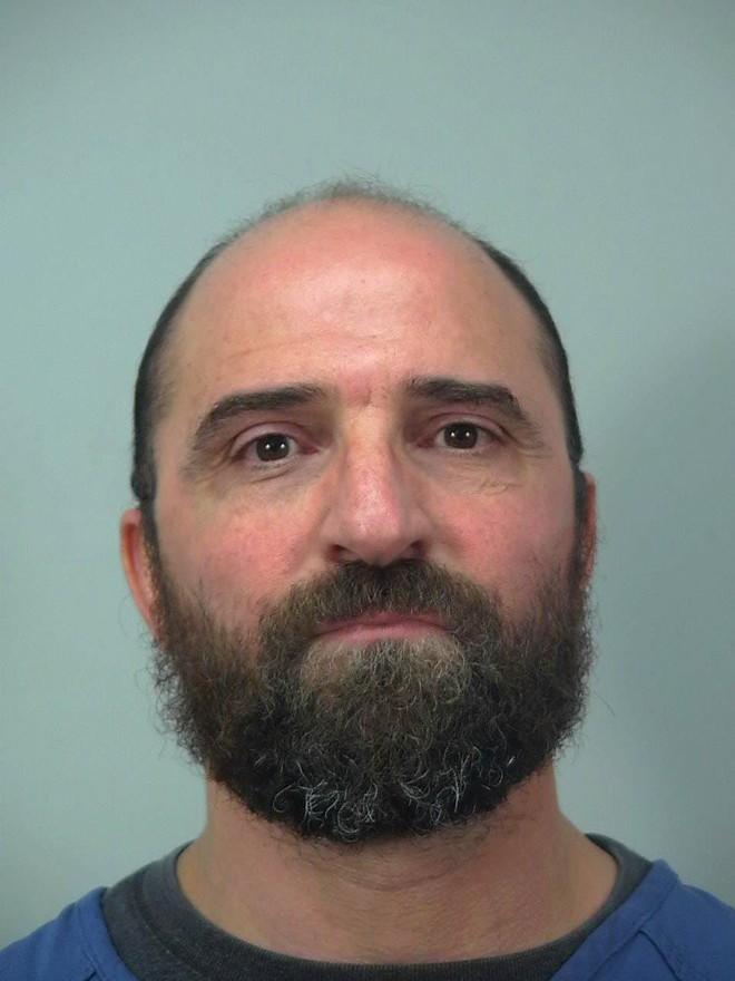 Thợ cắt tóc bị cảnh sát tóm cổ vì cạo đầu khách hàng - Ảnh 2.