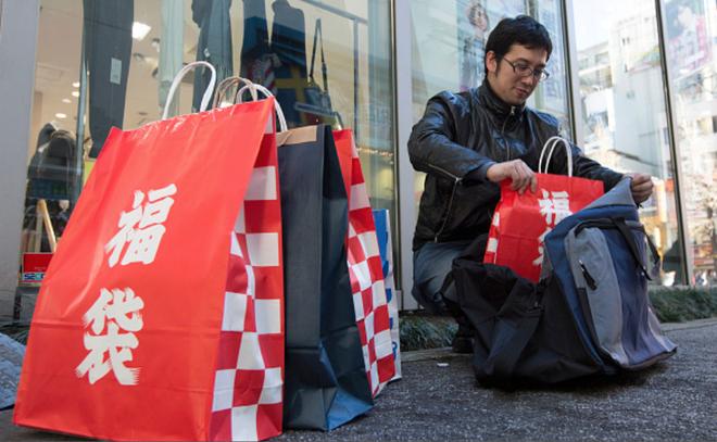 Lucky Bag - truyền thống lì xì đầu năm dành riêng cho người Nhật của các thương hiệu - Ảnh 1.