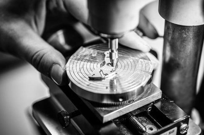 Cửa hiệu chế tạo đồng hồ cao cấp cuối cùng ở Mỹ: mỗi năm làm chưa đến 60 cái nhưng mỗi cái bán tới 2 tỉ đồng - Ảnh 5.