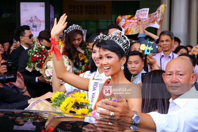 Top 3 Hoa hậu Hoàn vũ Việt Nam rạng rỡ xuất hiện, gây náo loạn sân bay Tân Sơn Nhất - Ảnh 10.