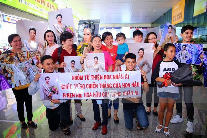 Top 3 Hoa hậu Hoàn vũ Việt Nam rạng rỡ xuất hiện, gây náo loạn sân bay Tân Sơn Nhất - Ảnh 1.