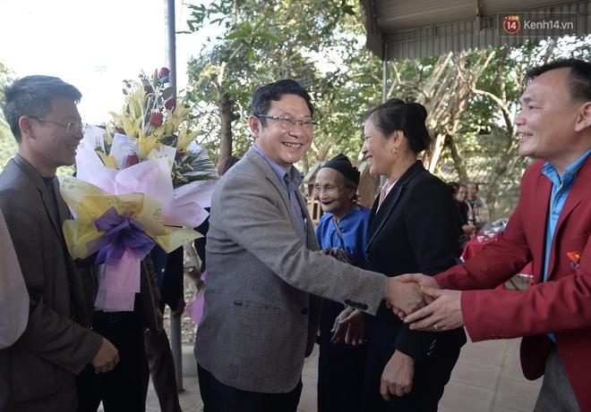 UBND huyện đến nhà tặng bằng khen, trao thưởng cho Thủ môn Bùi Tiến Dũng 1