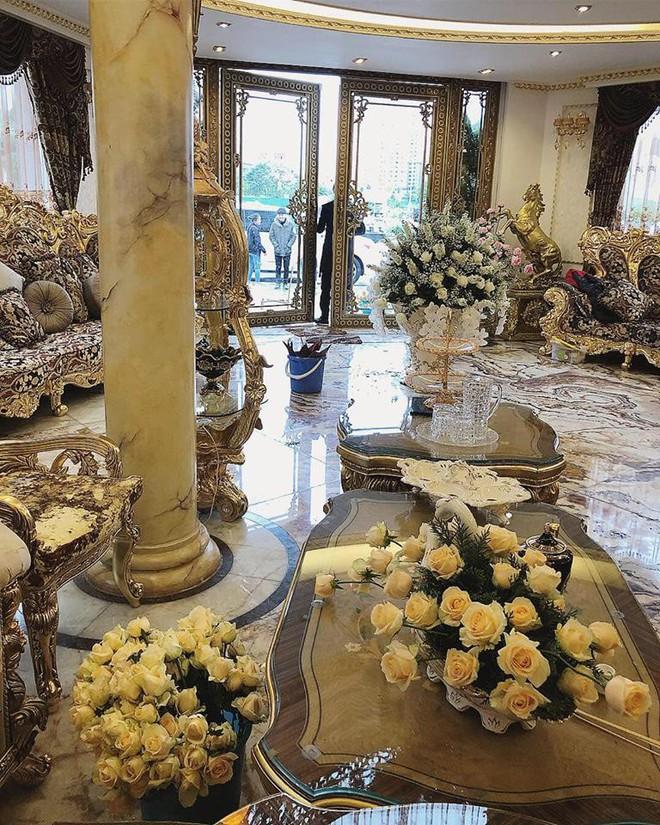 Hoa khôi báo chí lên xe hoa vào ngày đầu năm mới, diện chiếc váy đính 10.000 hạt pha lê cao cấp - Ảnh 7.