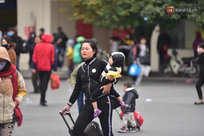 Người dân khăn áo kín mít, tay xách nách mang trở lại Thủ đô sau kỳ nghỉ Tết Dương lịch kéo dài 4 ngày - Ảnh 7.