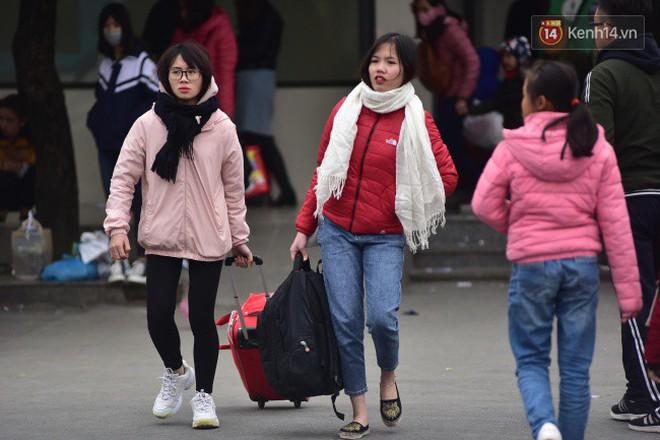 Người dân khăn áo kín mít, tay xách nách mang trở lại Thủ đô sau kỳ nghỉ Tết Dương lịch kéo dài 4 ngày - Ảnh 3.
