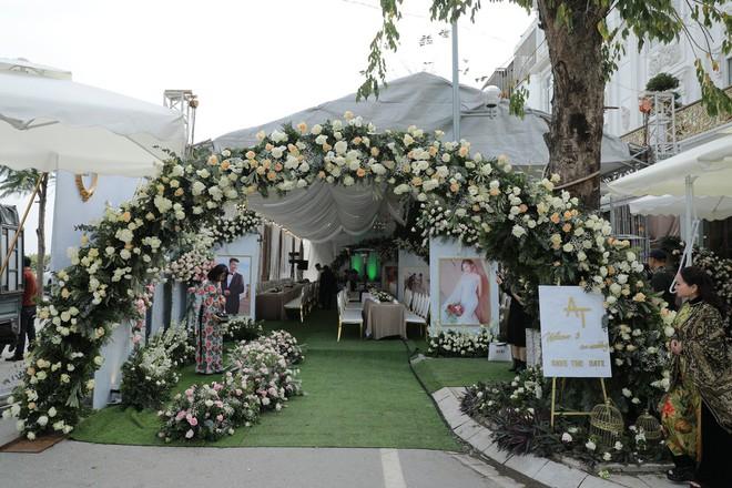 Hoa khôi báo chí lên xe hoa vào ngày đầu năm mới, diện chiếc váy đính 10.000 hạt pha lê cao cấp - Ảnh 6.