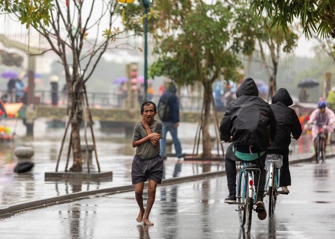 Hình ảnh chàng trai ngoại quốc đuổi theo, tặng chiếc áo ấm cho người đàn ông co ro giữa mưa lạnh ở Hội An khiến nhiều người ấm lòng - Ảnh 4.