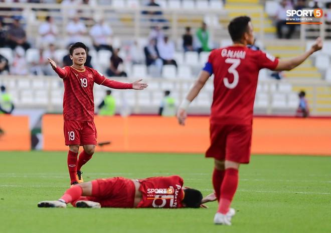 Đức Huy mất trí nhớ tạm thời sau pha va chạm kinh hoàng với cầu thủ Iran - Ảnh 4.