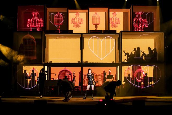 Liveshow đầu tiên của Hương Tràm: Không chỉ là đêm nhạc tôn giọng hát, mà còn lấy nước mắt khán giả với kịch bản cảm động - Ảnh 1.