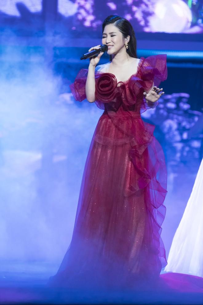 Liveshow đầu tiên của Hương Tràm: Không chỉ là đêm nhạc tôn giọng hát, mà còn lấy nước mắt khán giả với kịch bản cảm động - Ảnh 2.