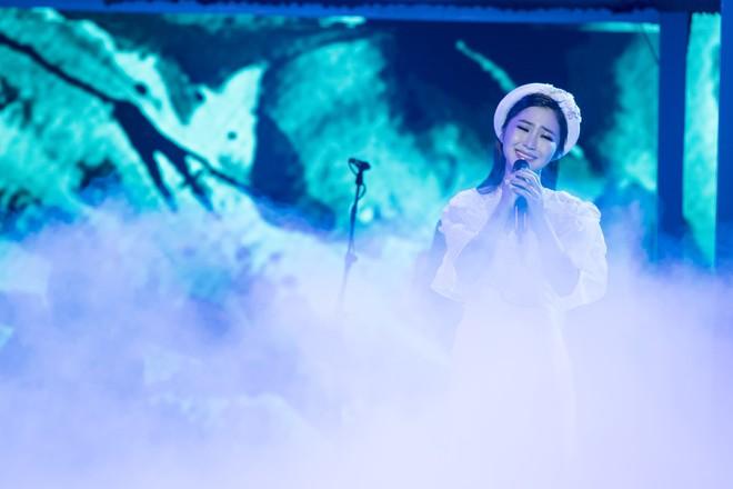 Liveshow đầu tiên của Hương Tràm: Không chỉ là đêm nhạc tôn giọng hát, mà còn lấy nước mắt khán giả với kịch bản cảm động - Ảnh 6.