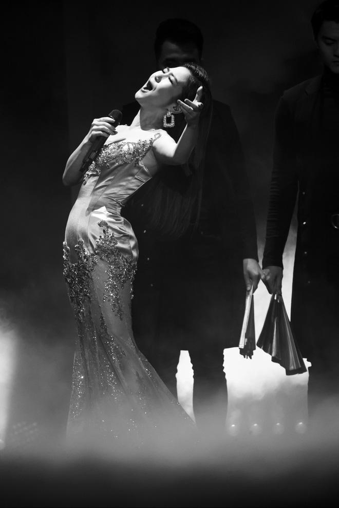 Liveshow đầu tiên của Hương Tràm: Không chỉ là đêm nhạc tôn giọng hát, mà còn lấy nước mắt khán giả với kịch bản cảm động - Ảnh 4.