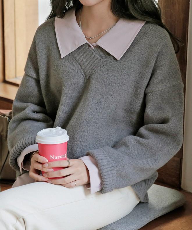 """Mix áo len với 3 kiểu áo sẵn có này trong tủ đồ, các nàng sẽ hoàn thiện được ngay vẻ ngoài """"nhìn là mê"""" - Ảnh 1."""