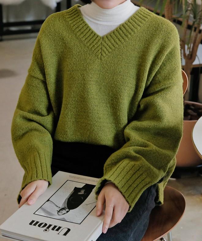 """Mix áo len với 3 kiểu áo sẵn có này trong tủ đồ, các nàng sẽ hoàn thiện được ngay vẻ ngoài """"nhìn là mê"""" - Ảnh 2."""