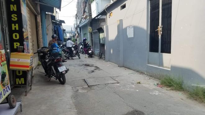 TP.HCM: Bé gái 2 tuổi bị xe ben lùi tông chết trước nhà, người mẹ khóc nghẹn khi không thể cứu được con - Ảnh 2.