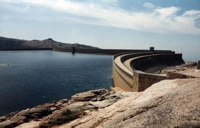 Chiếc hố nằm giữa hồ nước kỳ lạ này là cả một công trình trí tuệ hiếm có của nhân loại - Ảnh 4.