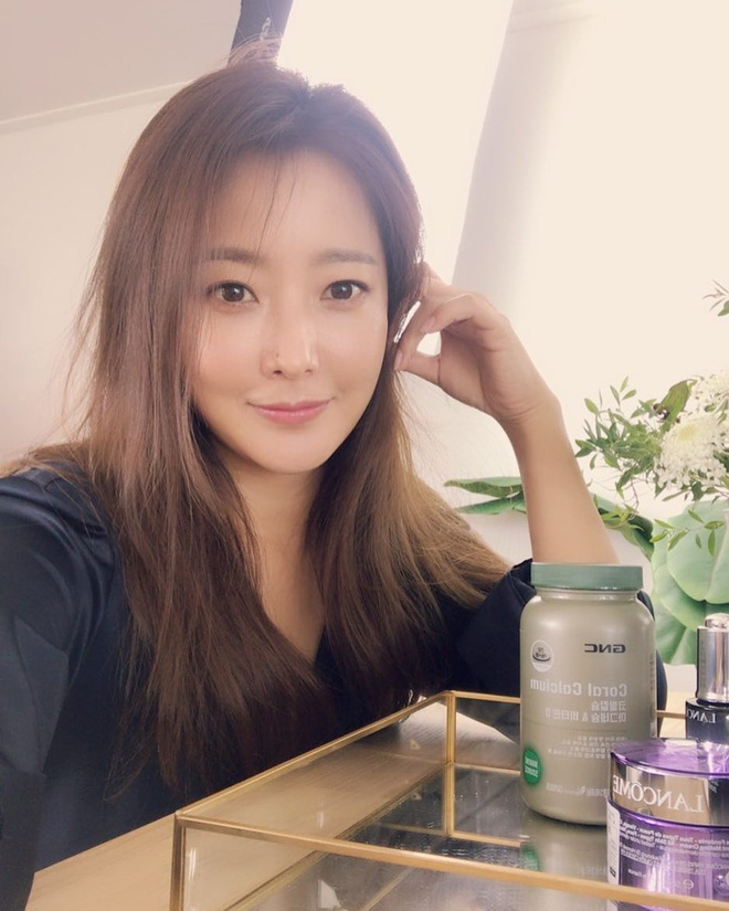 """Khoe ảnh mặt mộc, Kim Hee Sun chứng minh đẳng cấp """"quốc bảo nhan sắc"""" xứ Hàn vì đẹp chẳng kém khi makeup ká»¹ lưỡng - Ảnh 3."""