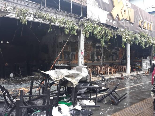 Hà Nội: Nhiều hàng quán cháy tan hoang sau tiếng nổ lớn, khách hốt hoảng bỏ chạy tán loạn - Ảnh 2.