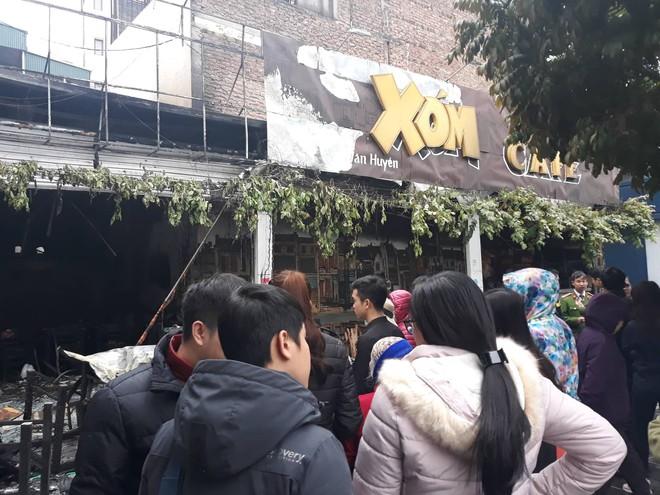 Hà Nội: Nhiều hàng quán cháy tan hoang sau tiếng nổ lớn, khách hốt hoảng bỏ chạy tán loạn - Ảnh 4.