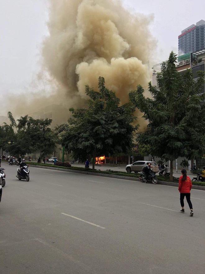 Hà Nội: Nhiều hàng quán cháy tan hoang sau tiếng nổ lớn, khách hốt hoảng bỏ chạy tán loạn - Ảnh 1.