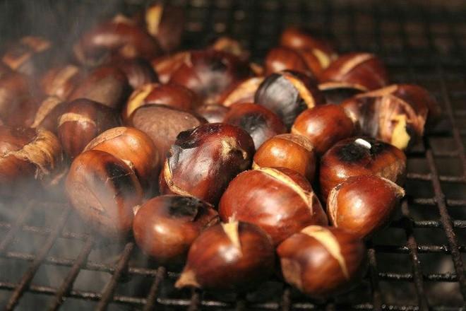 Giữa trời đông Hà Nội, có những món ăn nho nhỏ ấm áp mà chỉ cần cắn một miếng là đủ thấy hạnh phúc - Ảnh 1.