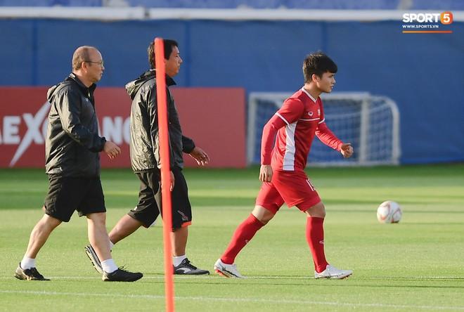 Quang Hải gặp vấn đề nhỏ ở bắp đùi trái sau pha va chạm mạnh ở trận đấu với Jordan và trước đó là cả một quá trình thi đấu liên tục nhiều giải đấu. Ảnh: Hiếu Lương.