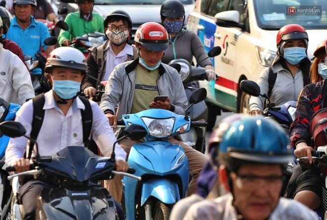 """Nỗi ám ảnh của người Sài Gòn những ngày cận Tết: """"Rừng"""" xe đông nghẹt trên nhiều tuyến đường trung tâm từ trưa đến tối - Ảnh 5."""