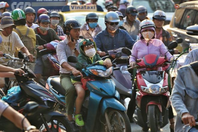 """Nỗi ám ảnh của người Sài Gòn những ngày cận Tết: """"Rừng"""" xe đông nghẹt trên nhiều tuyến đường trung tâm từ trưa đến tối - Ảnh 9."""