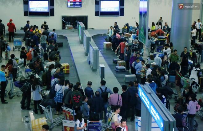 Ảnh: Hàng nghìn người ngồi vật vờ lúc nửa đêm ở sân bay Tân Sơn Nhất đón Việt kiều về quê ăn Tết Kỷ Hợi 2019 - Ảnh 3.
