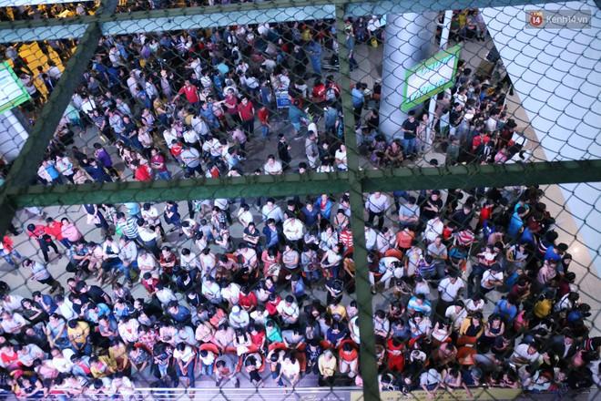 Ảnh: Hàng nghìn người ngồi vật vờ lúc nửa đêm ở sân bay Tân Sơn Nhất đón Việt kiều về quê ăn Tết Kỷ Hợi 2019 - Ảnh 2.