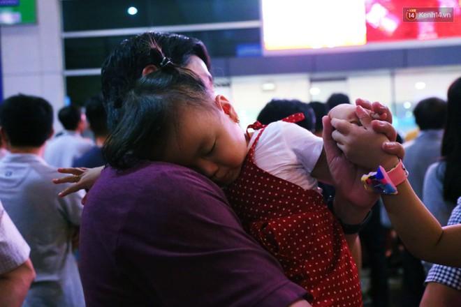 Ảnh: Hàng nghìn người ngồi vật vờ lúc nửa đêm ở sân bay Tân Sơn Nhất đón Việt kiều về quê ăn Tết Kỷ Hợi 2019 - Ảnh 19.