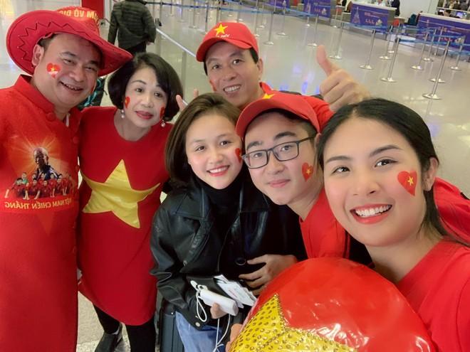 Hoa hậu Ngọc Hân và nghệ sĩ Vbiz đến Dubai tiếp lửa cho tuyển Việt Nam trong trận gặp Nhật Bản - Ảnh 2.