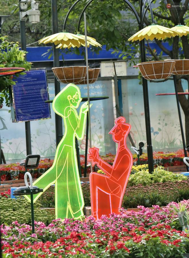 Cận cảnh đường hoa Nguyễn Huệ ở Sài Gòn trước giờ khai mạc đón Tết Kỷ Hợi 2019 - Ảnh 12.