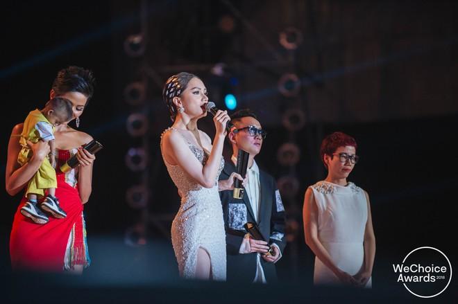Bài phát biểu truyền cảm hứng mạnh của Hương Giang tại Gala WeChoice: Cậu bé đen đúa ngày đó giờ đây mặc trên người chiếc đầm đuôi cá, đầu đính pha lê - Ảnh 2.