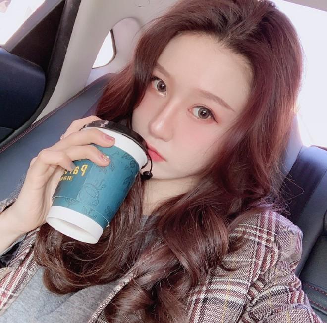 Lỡ tay tắt nhầm filter làm đẹp lúc livestream, hot girl Trung Quốc mất hơn trăm ngàn lượt follow vì để lộ nhan sắc thật - Ảnh 3.