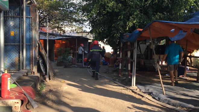 7 căn phòng trọ cùng 1 nhà dân bị cháy rụi lúc sáng sớm ở Sài Gòn - Ảnh 2.