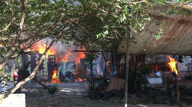 7 căn phòng trọ cùng 1 nhà dân bị cháy rụi lúc sáng sớm ở Sài Gòn - Ảnh 1.