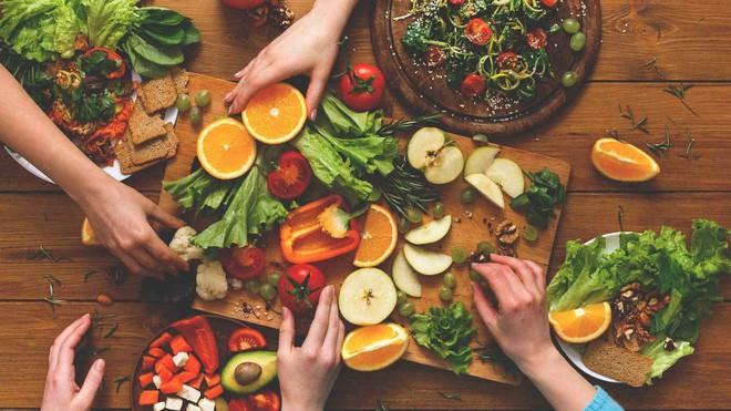 Sai lầm trong thói quen ăn uống khiến sức khỏe của bạn ngày càng xuống cấp trầm trọng - Ảnh 2.