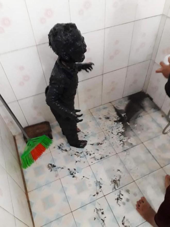Giải cứu thành công phi vụ đi tè thế kỷ: Cậu bé đi vệ sinh đêm bị ngã vào bùn gieo mạ, toàn thân đen sì không hở một chỗ trống - Ảnh 2.