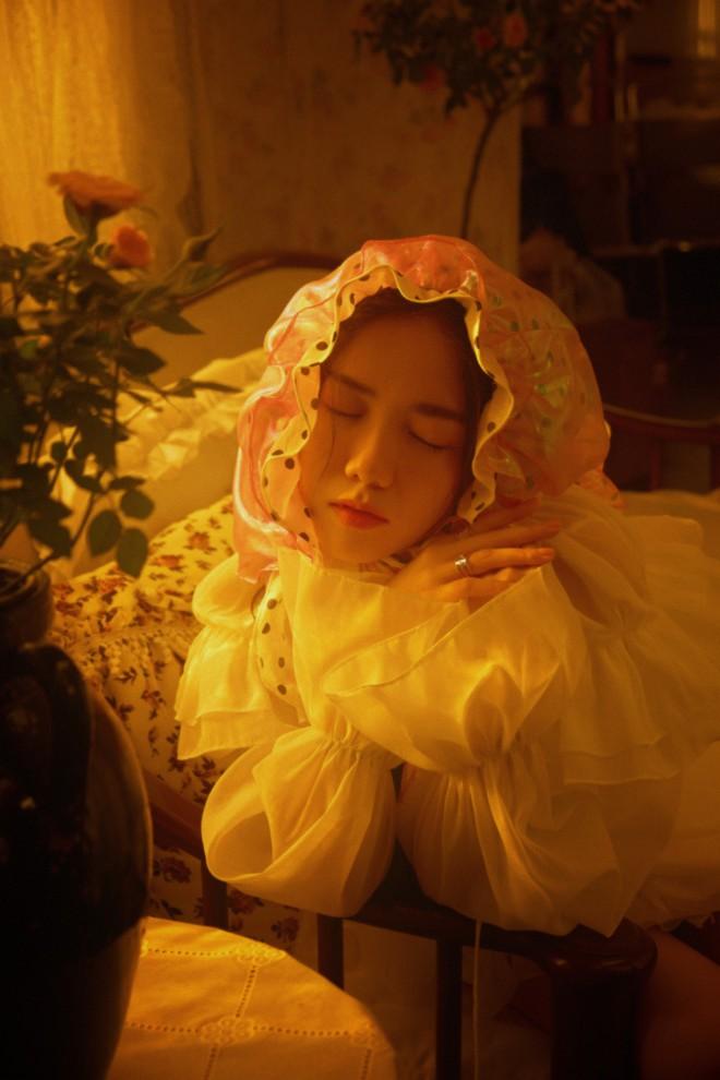 """MV """"Anh là ai"""" của Phương Ly: Chưa hết ngẩn ngơ vì những thước phim trong veo thì lại """"ăn một cú twist"""" bất ngờ ở cái kết - Ảnh 6."""