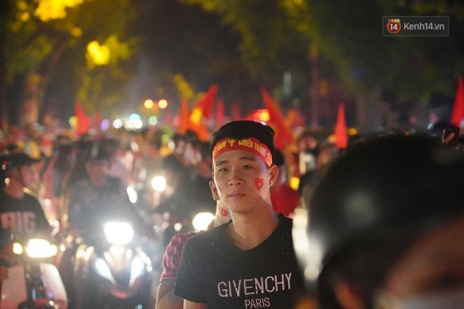 Hàng ngàn CĐV đổ ra đường hò reo, ăn mừng chiến thắng đầu tiên của ĐT Việt Nam tại vòng loại World Cup 2022 - Ảnh 21.