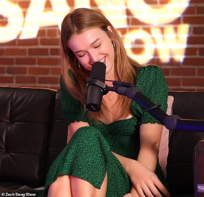 """Lộ ảnh hẹn hò Liam, cô đào sinh năm 1997 đã bị """"lật lại"""" phát ngôn bá đạo: Muốn quan hệ với cả 2 anh em Hemsworth - Ảnh 1."""