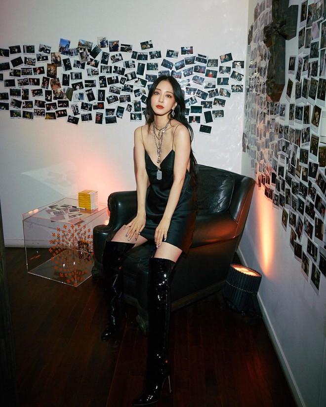 """Gừng già nhưng chưa đủ cay: U40 Han Ye Seul mải mê khoe lưng trần mà không biết mình bị đồ lót """"hại"""" - Ảnh 1."""