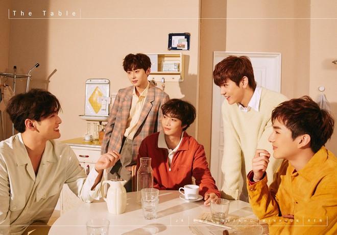 NU'EST tung bộ ảnh teaser mới quá ngọt ngào, dân mạng nghi ngờ SEVENTEEN phải đổi concept vì đàn anh - Ảnh 7.