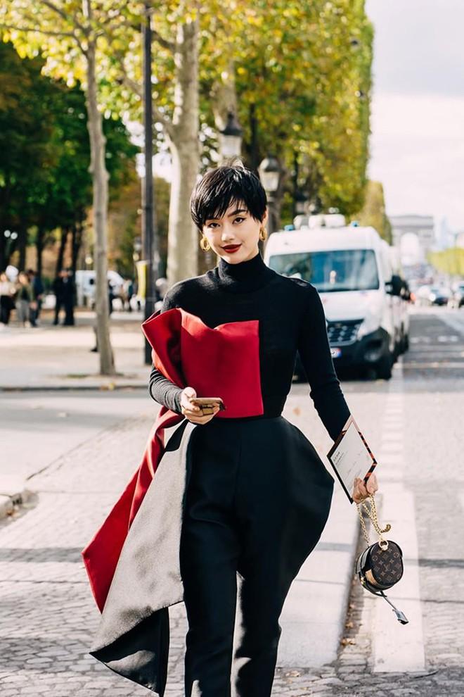 """""""Cô em trendy"""" Khánh Linh kể chuyện 3 mùa Fashion Week đều có người yêu đi theo chăm chút, ngôn tình ngập cả trời Tây rồi! - Ảnh 2."""