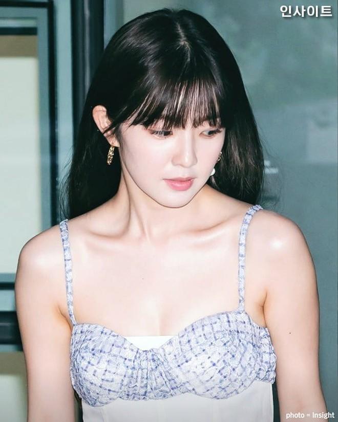 """Tội cho cô gái ấy: Irene bị stylist dí cho bộ váy """"tưởng hở nhưng lại kín"""" luộm thuộm đến nhức nhối, xứng đáng bị liệt vào hàng thảm hoạ - Ảnh 3."""
