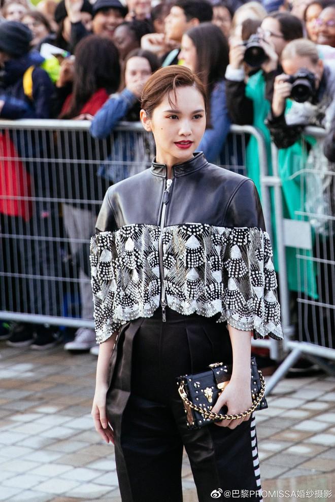 """Gừng càng già càng cay: Dương Thừa Lâm """"chặt đẹp"""" toàn bộ sao châu Á, chấp cả Địch Lệ Nhiệt Ba tại show Louis Vuitton - Ảnh 1."""