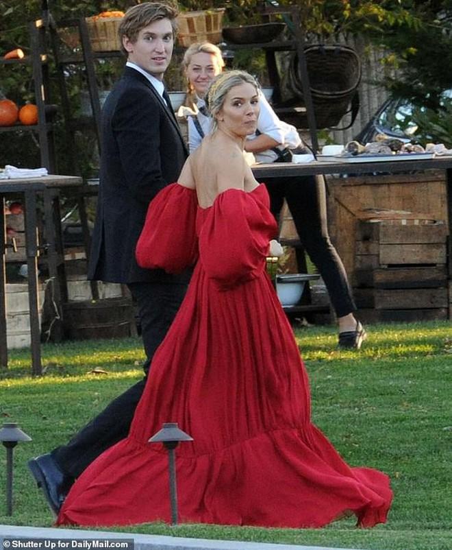 """Hôn lễ mỹ nhân """"X-Men"""" Jennifer Lawrence: Adele và dàn siêu sao đến dự, lâu đài thắt chặt an ninh, xe cứu thương bỗng xuất hiện - Ảnh 14."""