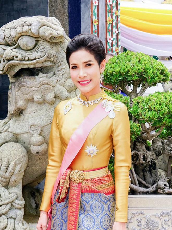 """Hoàng quý phi Thái Lan bị phế truất vì mắc bẫy """"chết người"""" được giăng sẵn khi tranh chỗ ngồi cạnh nhà vua? - Ảnh 1."""